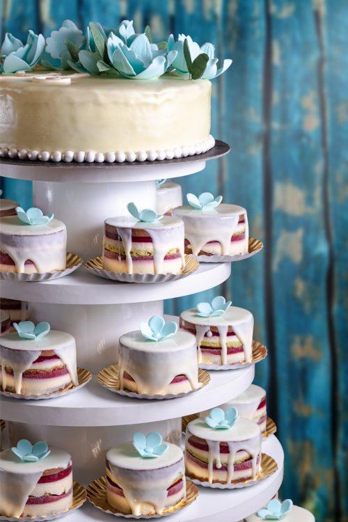 Tort cu monoportii nunta Cofetariile Delice Busteni